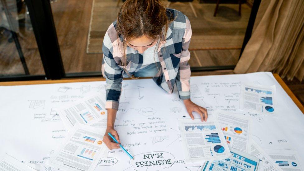 Mujer haciendo un plan de negocios