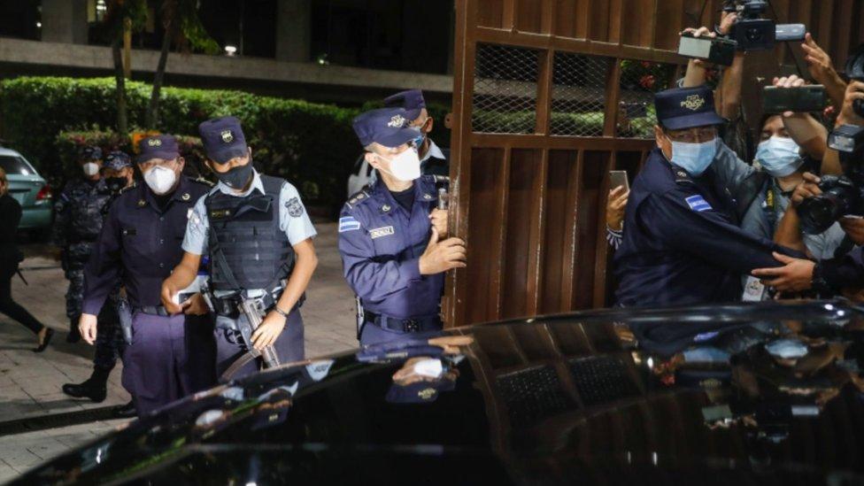 Policías permitieron la entrada de los nuevos magistrados a las instalaciones de la CSJ.