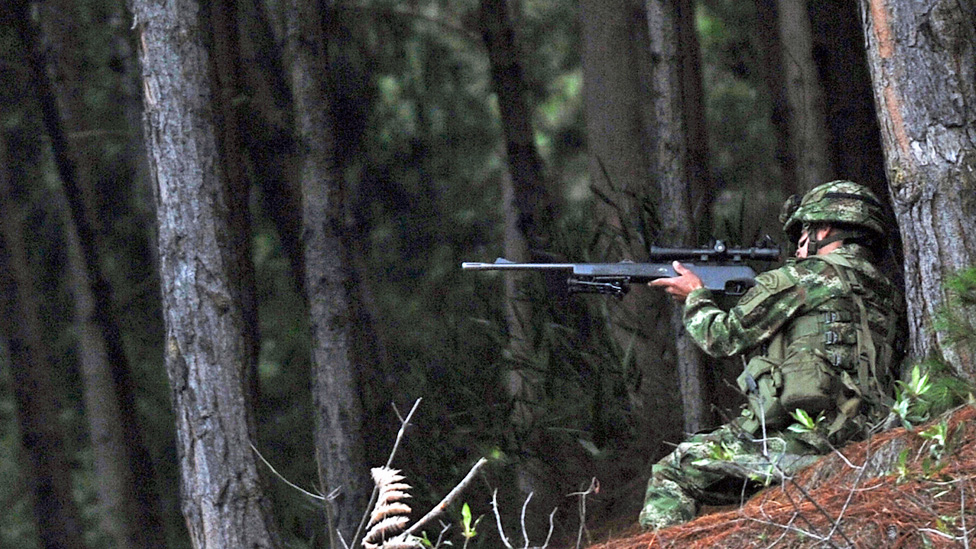 Soldado colombiano usando Galil