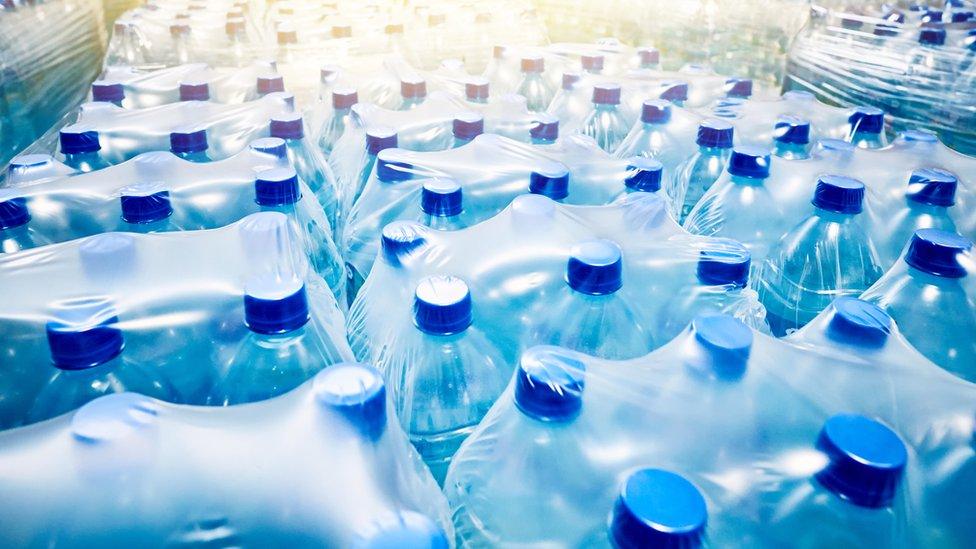 Botellas de agua.