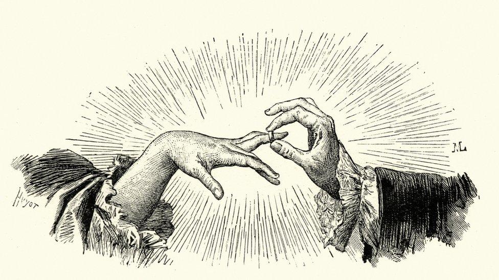 Hombre poniéndole el anillo a una mujer