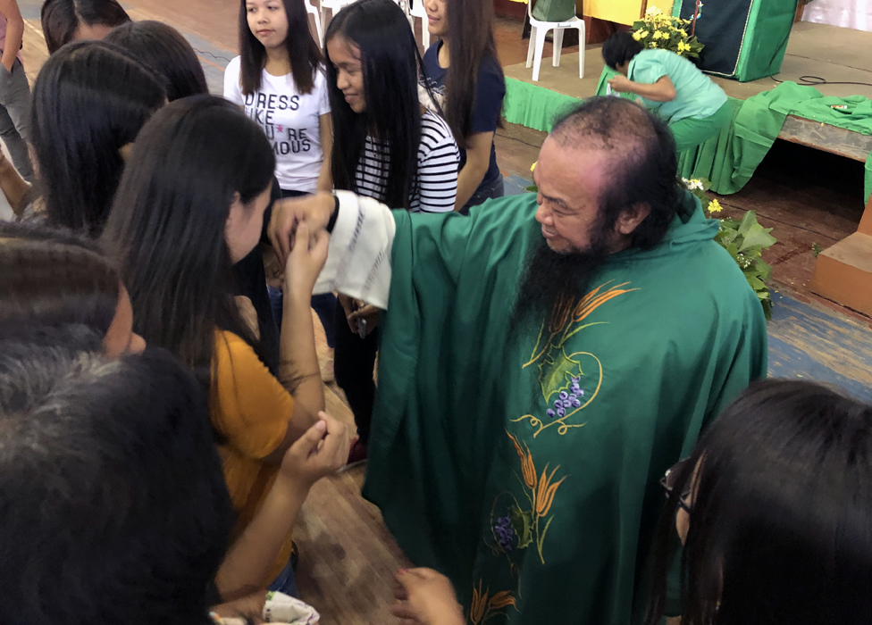 الأب تشيتو يلتقي مع طلاب الجامعة في صالة الجامعة الرياضية