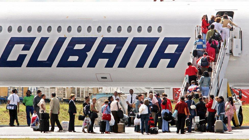 Médicos cubanos regresan a su país.