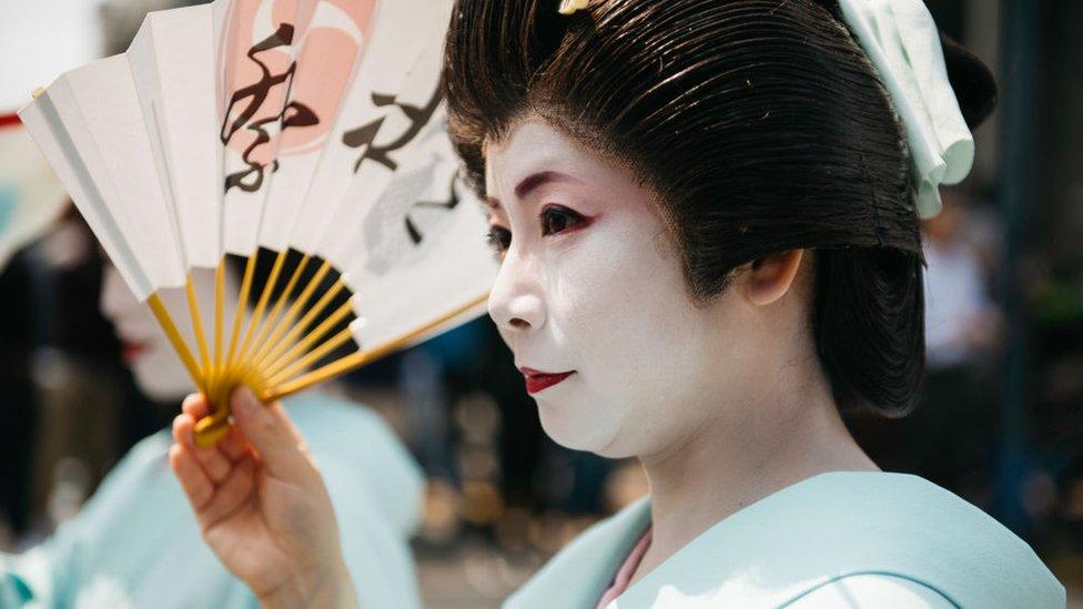 Una mujer con un traje de geisha tradicional.