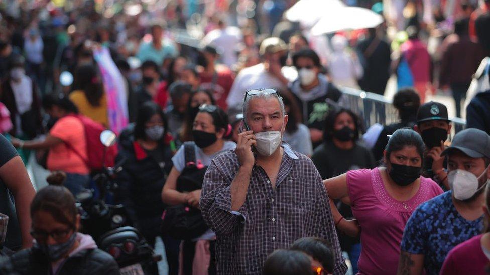 Mexicanos con celular