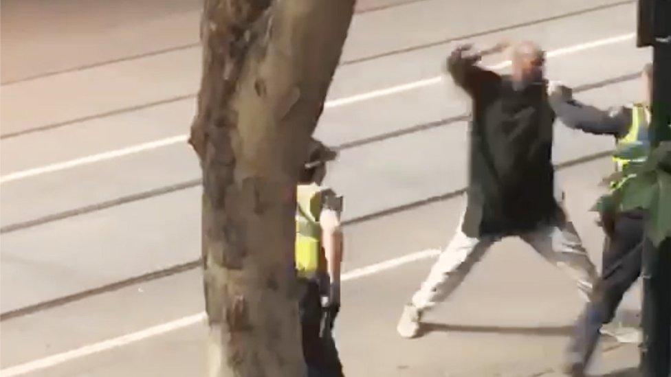 لقطة من فيديو انتشر يظهر اشتباك الشرطة مع المهاجم