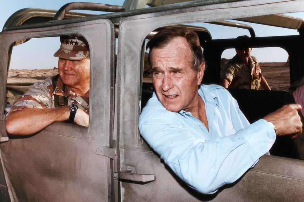 Predsednik Buš i general Norman Švarckopf u Saudijskoj Arabiji 1990. godine.