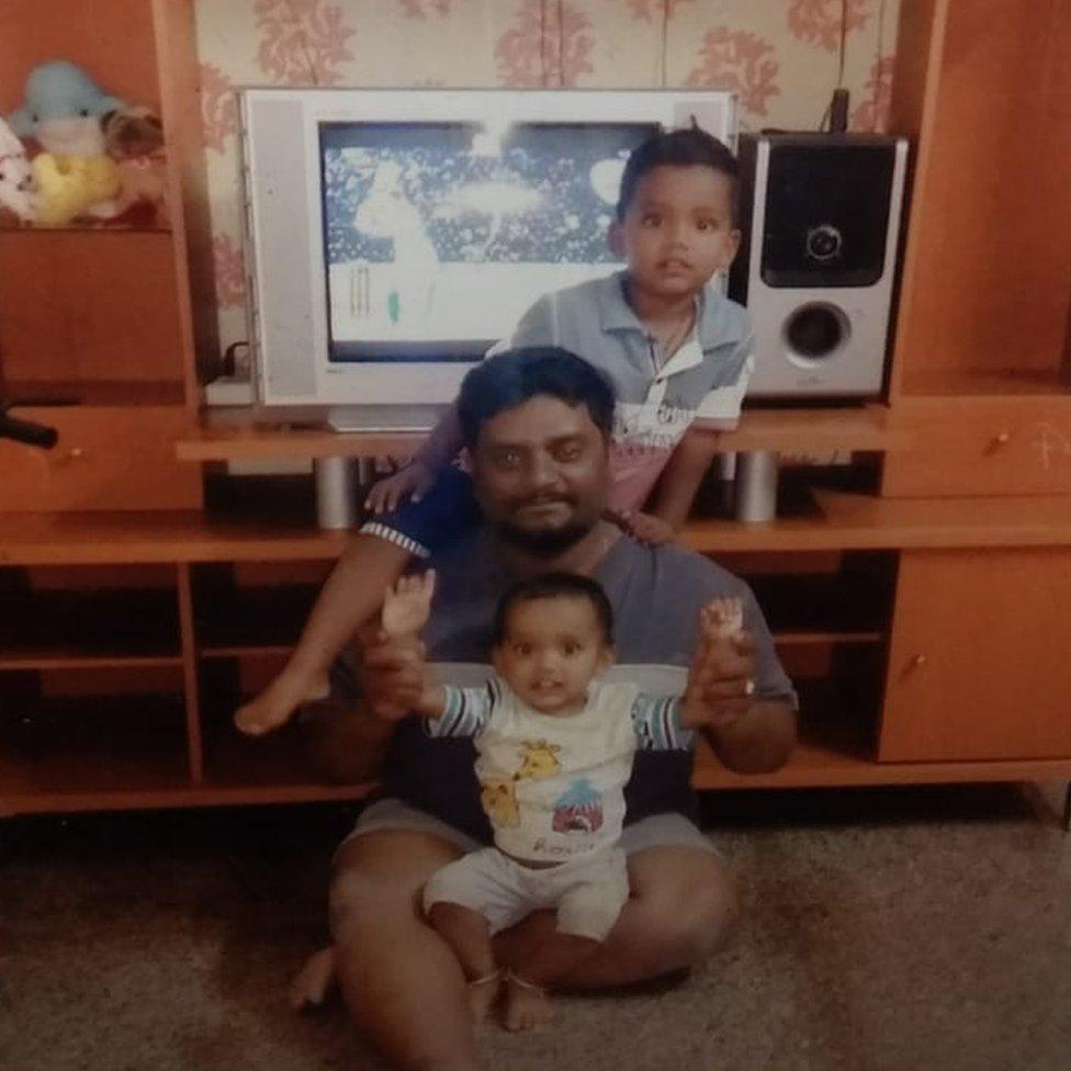 Rajesh Jayaseelan con sus dos hijos.