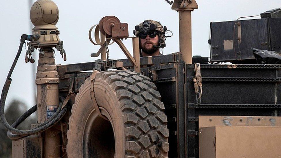 ABD askerleri Suriye'de YPG'ye silah desteğinin yanı sıra