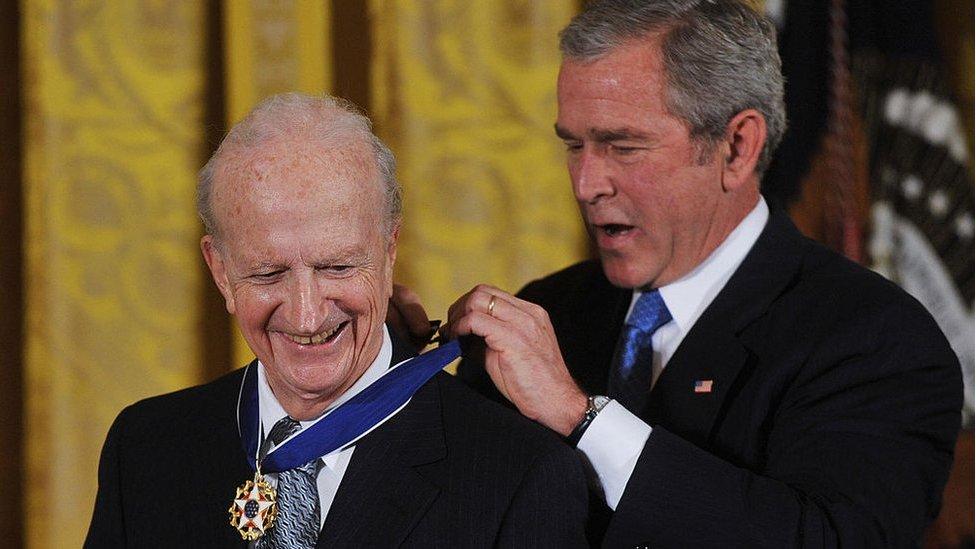 El presidente de EE.UU., George Bush, coloca la Medalla Presidencial de Libertad al premio Nobel de economía de 1992, Gary Becker