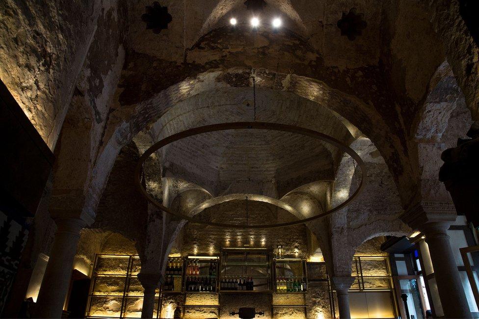 El techo del bar Giralda Bar ocultaba el baño del siglo XII.