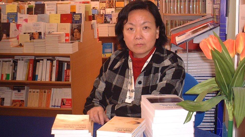 فانغ فانغ توقع كتابها