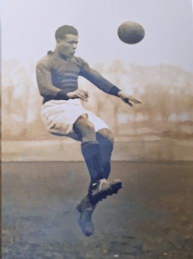 Jack Leslie jugando fútbol.