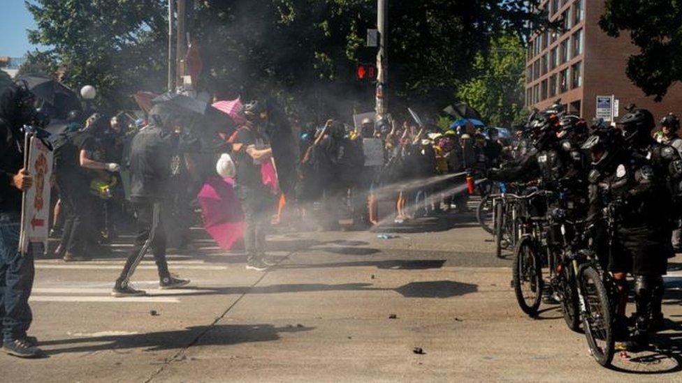 اشتباكات الشرطة ومحتجون أمريكيون