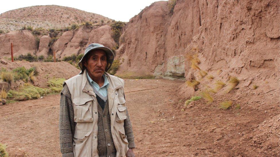 Javier Ingala, vecino de la provincia de San Pedro de Totora, en medio de lo que hace tres años era un caudaloso río.