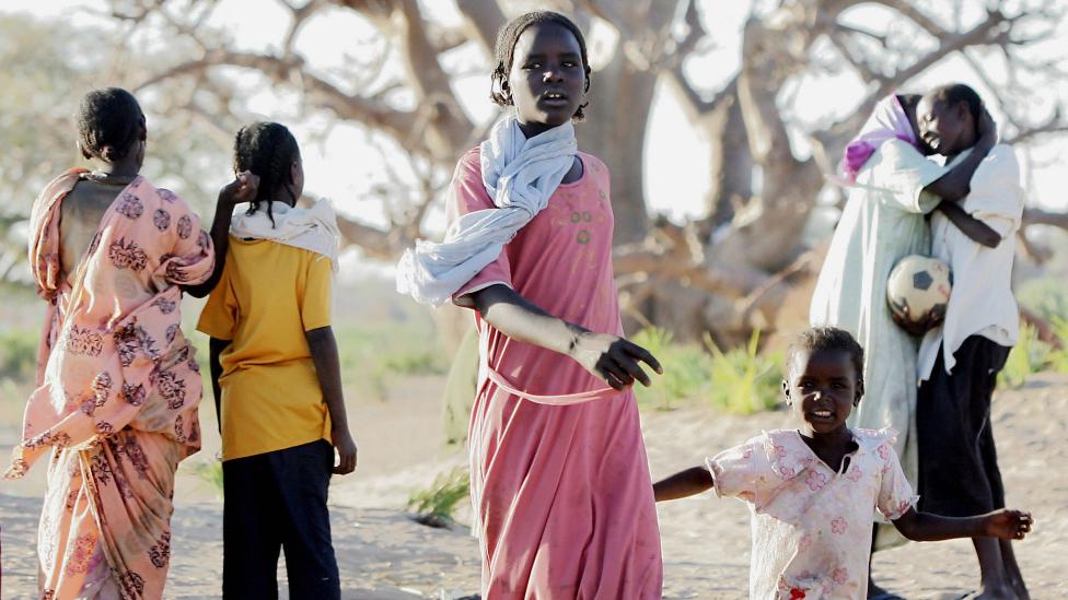 Jóvenes de Darfur en un campamento en la ciudad de Nyala, en Darfur, Sudán - imagen de archivo