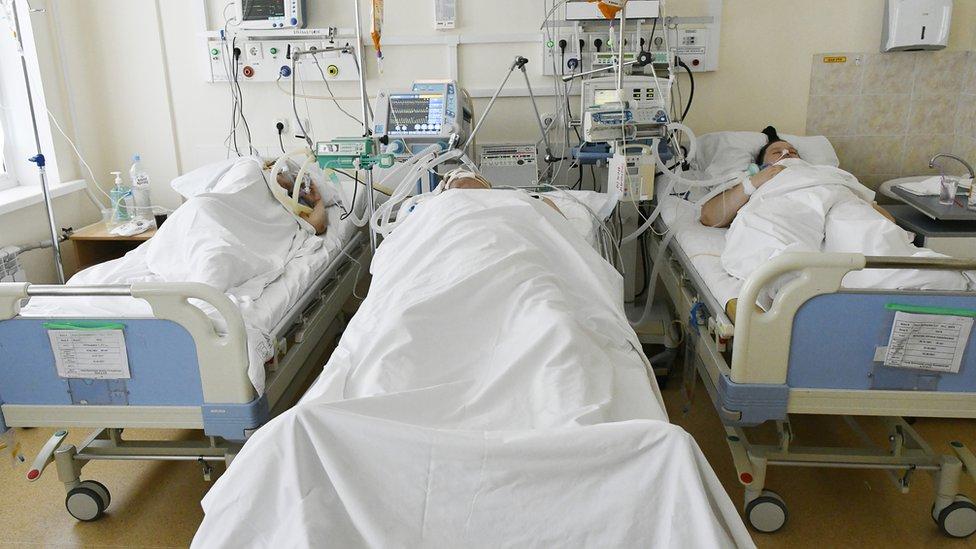 В России впервые за сутки умерло больше 850 пациентов с Covid-19