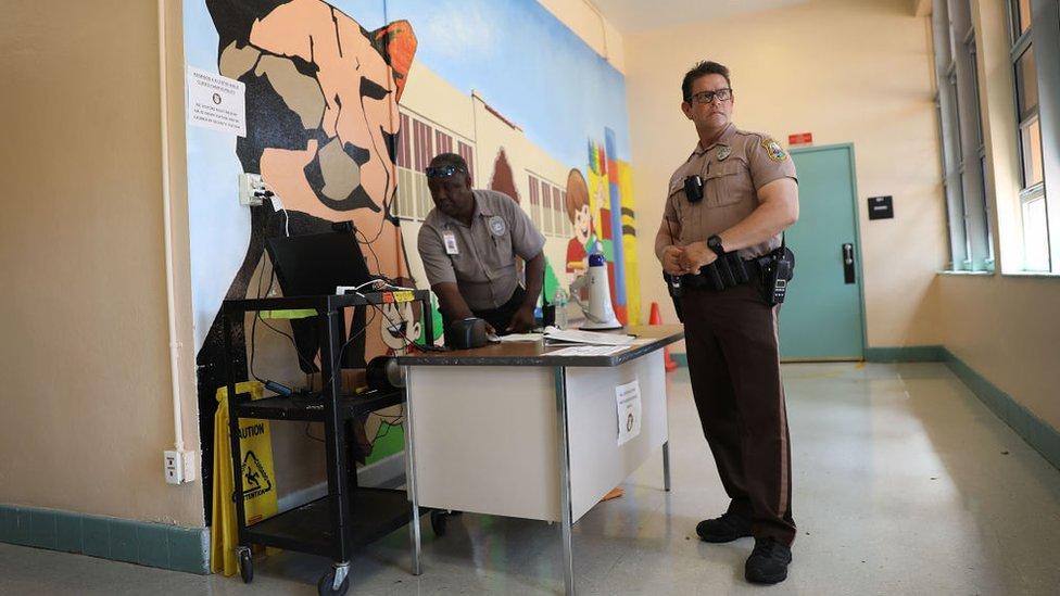 Policías en una escuela de EE.UU.