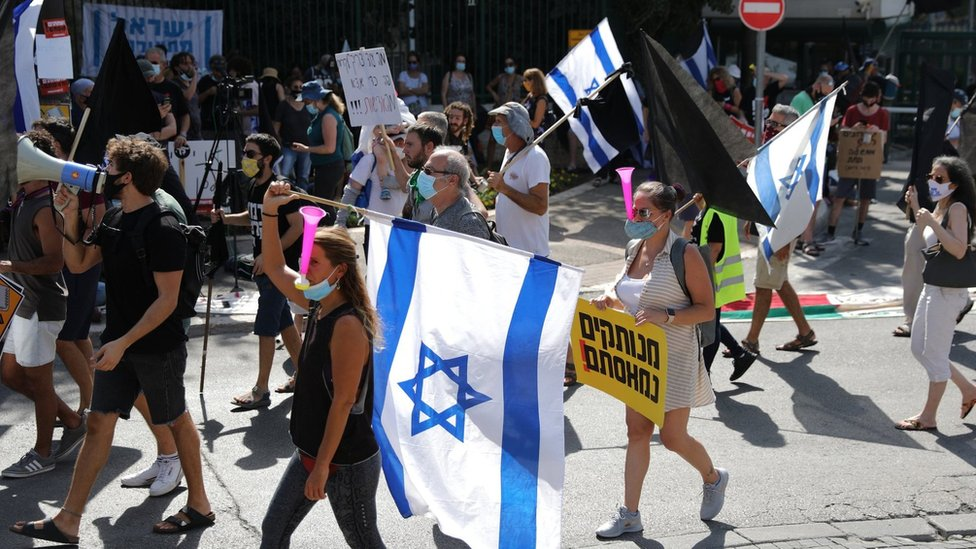 People protest in Jerusalem before an Israeli parliamentary vote on a law that allows ministers to curb mass protests (29 September 2020)