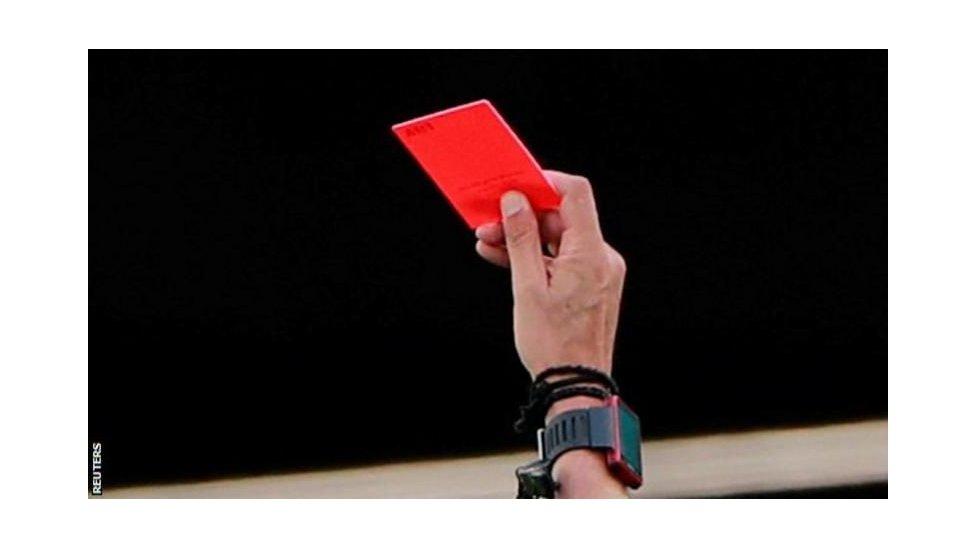 يمكن أن يحصل اللاعبون على بطاقة حمراء إذا رأى الحكم أنهم سعلوا عمداً في وجه الخصم