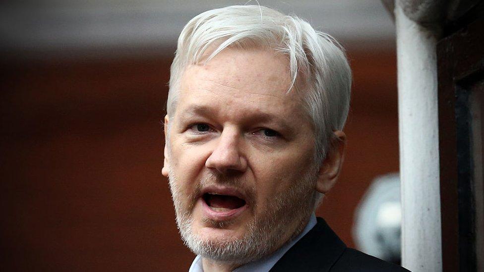 Julian Assange, desde el balcón de la embajada de Ecuador en Londres en 2005