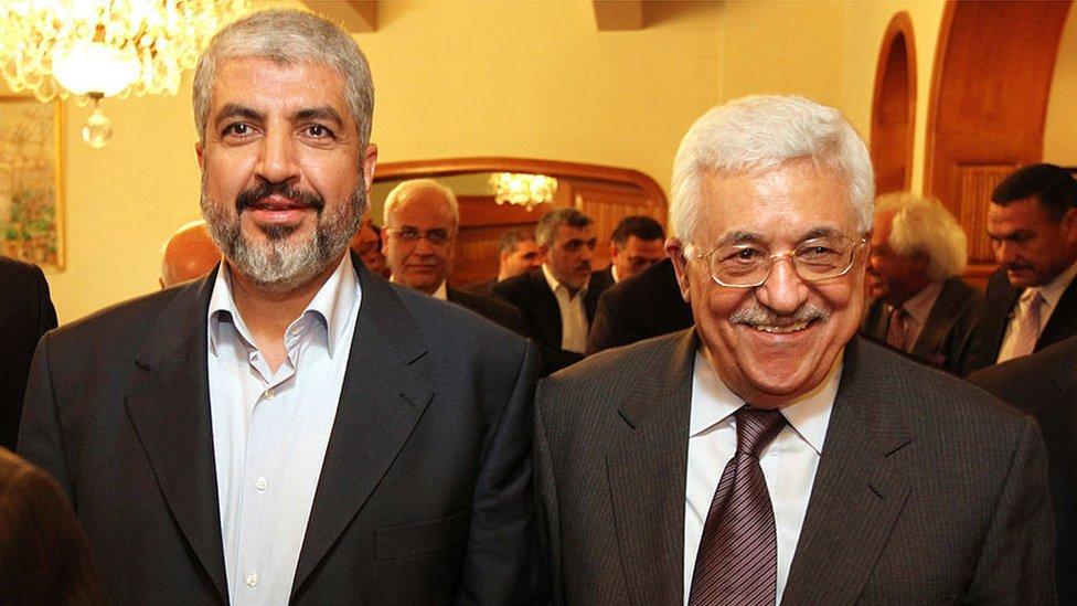 Khaled Meshaal de Hamás (izq.) y Mahmoud Abbas de Fatah, en 2014