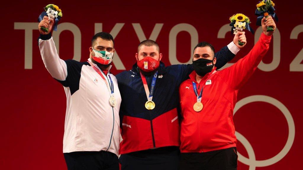 من اليمين معن أسعد، وصاحب الذهبية الجورجي لاشا تالاخادزه، والفائز بالفضية الإ]راني علي داودي خلال تتويجهم في طوكيو