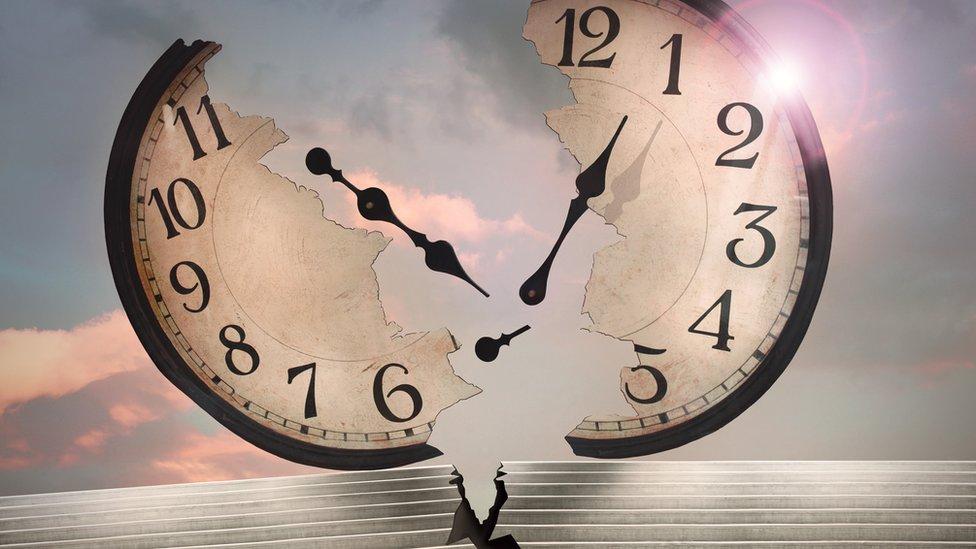 Ilustración de un reloj rompiéndose