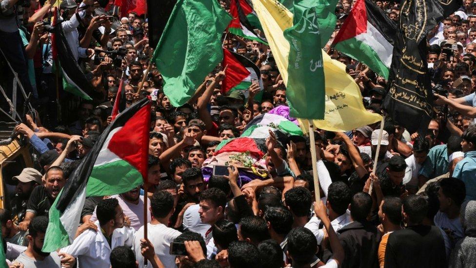 المشيعون جالوا بجثمان رزان النجار شوارع غزة