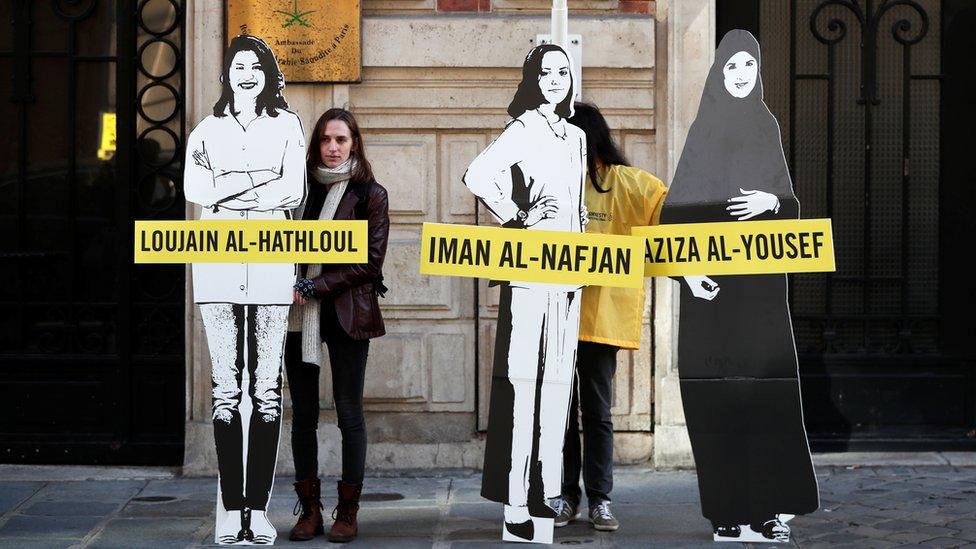 متظاهرات امام السفارة السعودية في باريس يطالبن بإطلاق سراح المعتقلات في المملكة