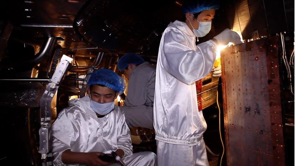 Trabajadores en la planta de fusión nuclear de Anhui.