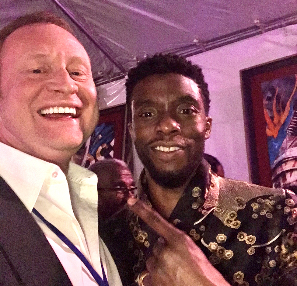 Charles Carter y Chadwick Boseman en el estreno de Black Panther.