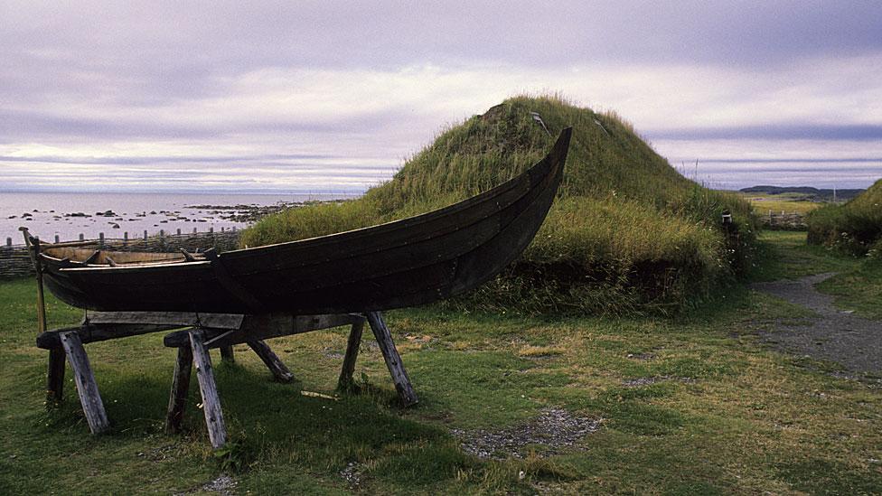 Barca y montículo, que en realidad es una vivienda al estilo vikingo.