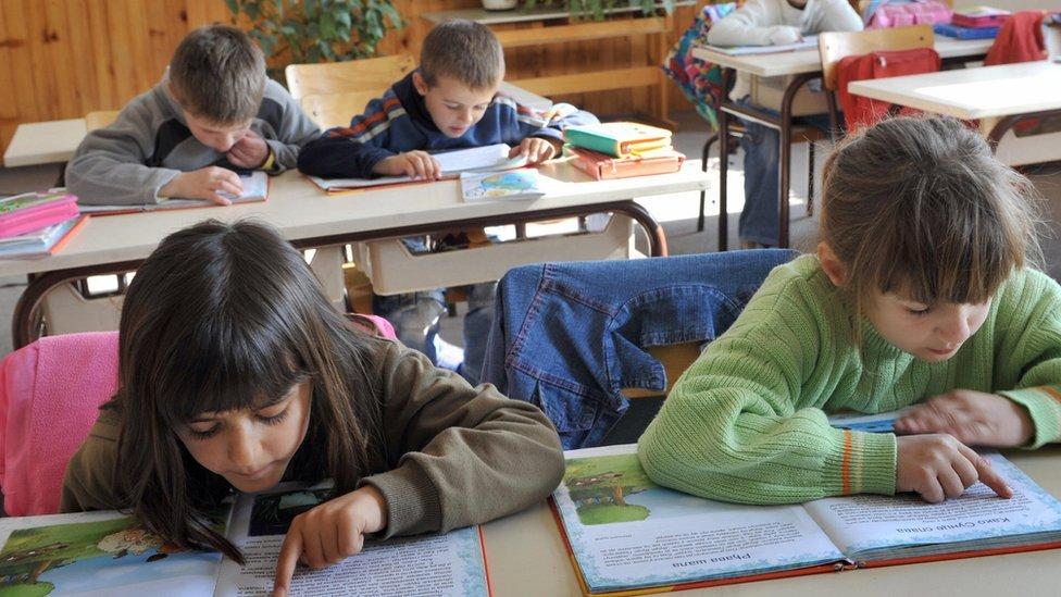 Deca čitaju iz čitanke