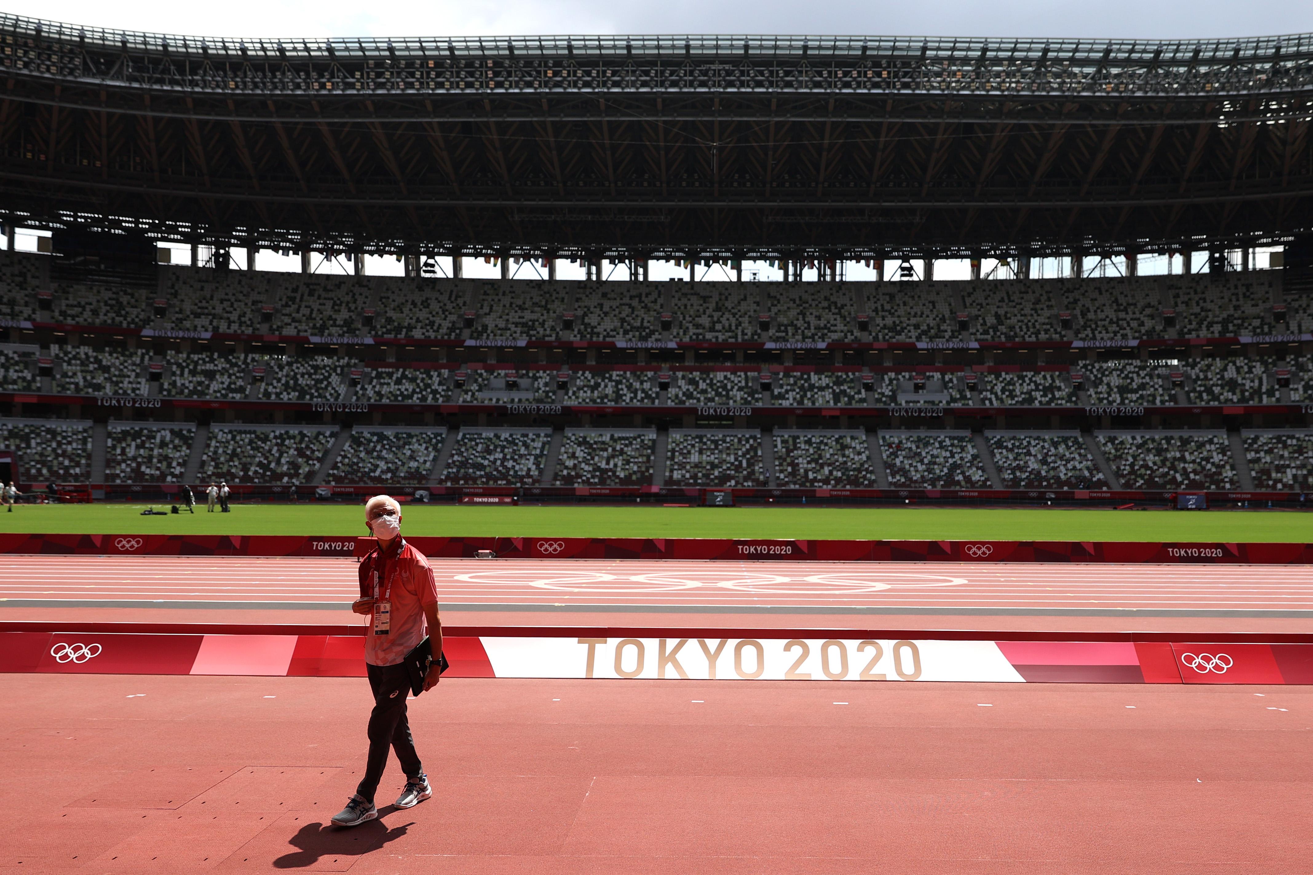Pessoa com máscara em estádio vazio