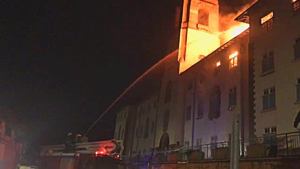 Incêndio na Makerere University - setembro de 2020 Captura de tela de um vídeo de tiroteio lutando contra o incêndio