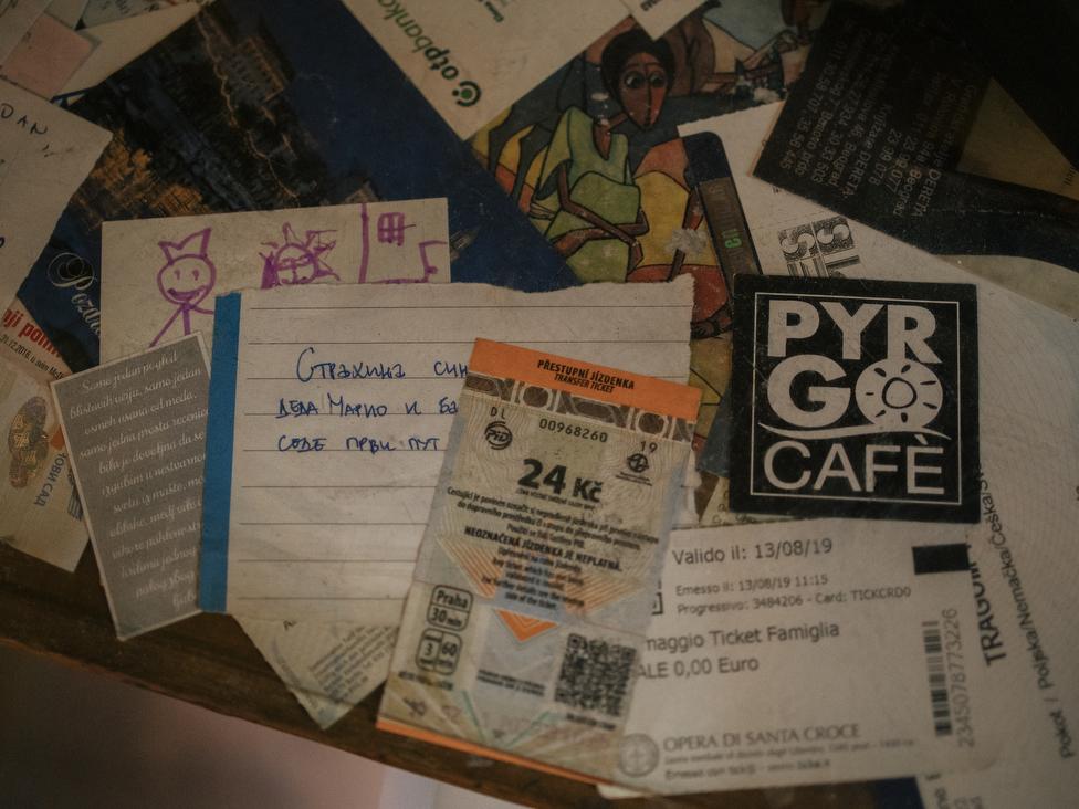 Na zidu su zakačene karte i ulaznice