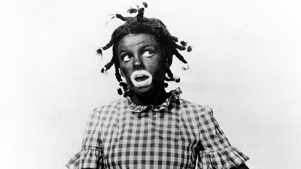 """La actriz estadounidense Judy Garland (1922 - 1969) usó """"blackface"""" para interpretar a Judy Bellaire en """"Everybody sing"""", 1938."""