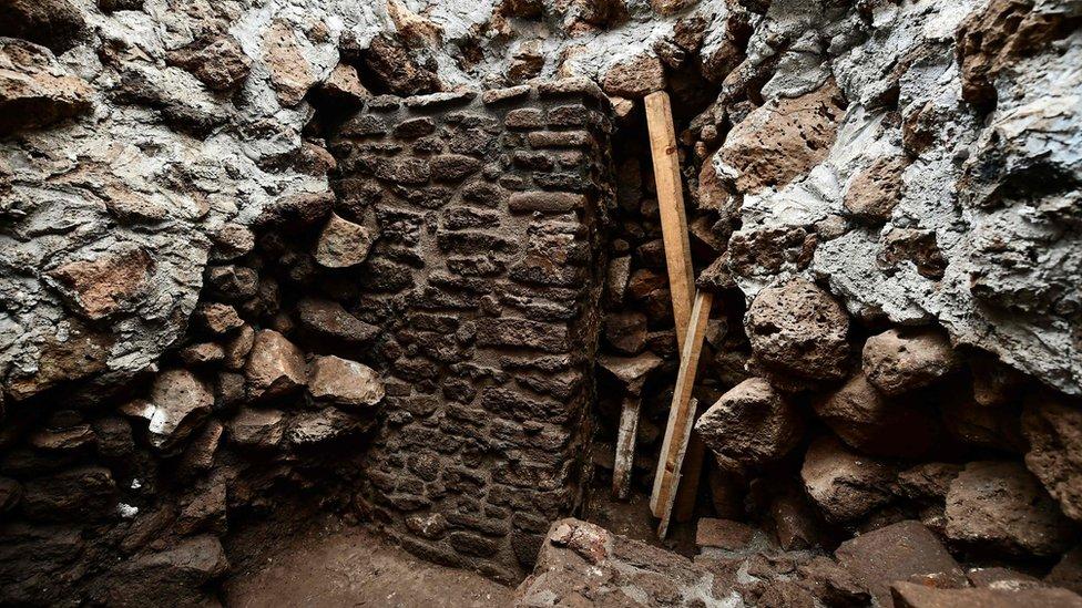 Parte de la estructura de lo que fue un templo fue encontrado en el interior de la pirámide.