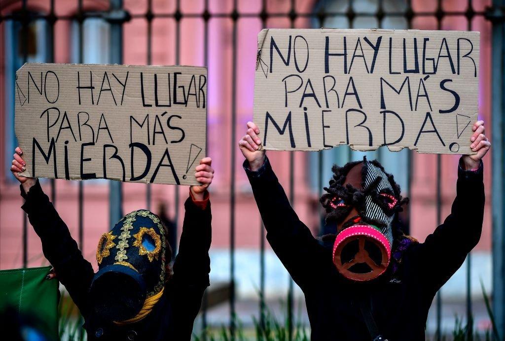 阿根廷民眾在布宜諾斯艾利斯的總統府前抗議。
