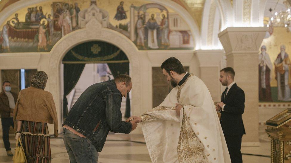 Uskrs prati niz običaja. Vernici se pozdravljaju sa Hristos vaskrse – vaistinu vaskrse, međusobno darivaju i kucaju jajima