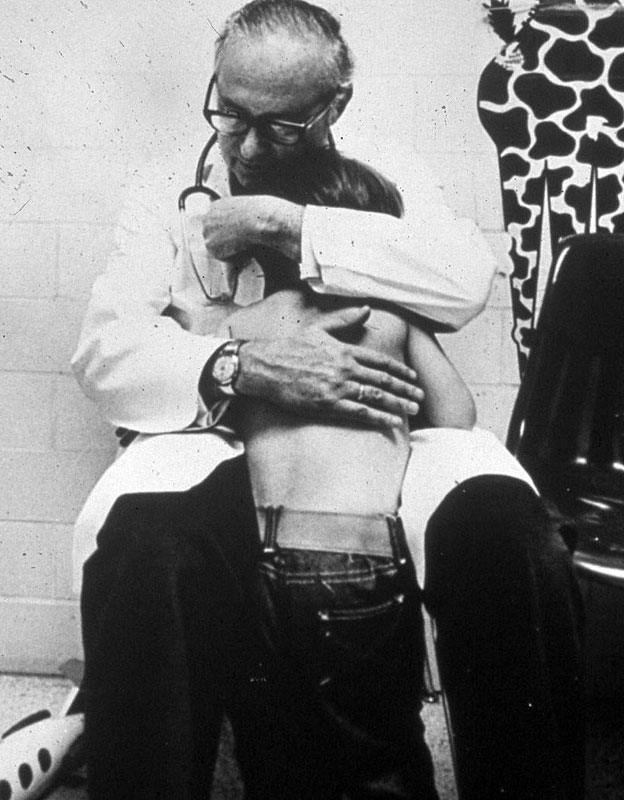 Doctor Henry Kempe abrazando a un niño