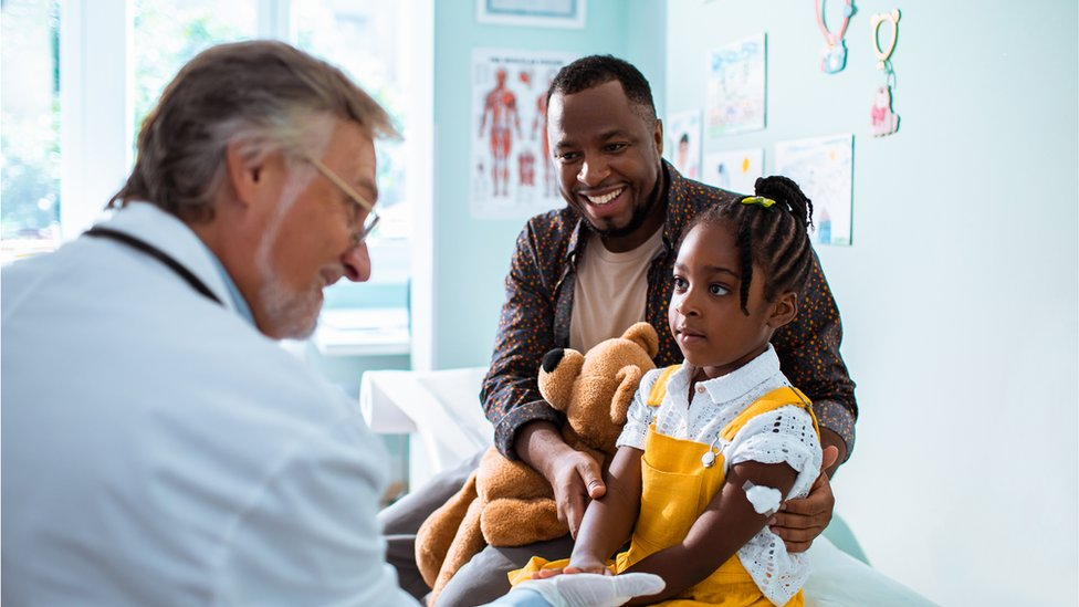 Médico atendiendo a una niña.