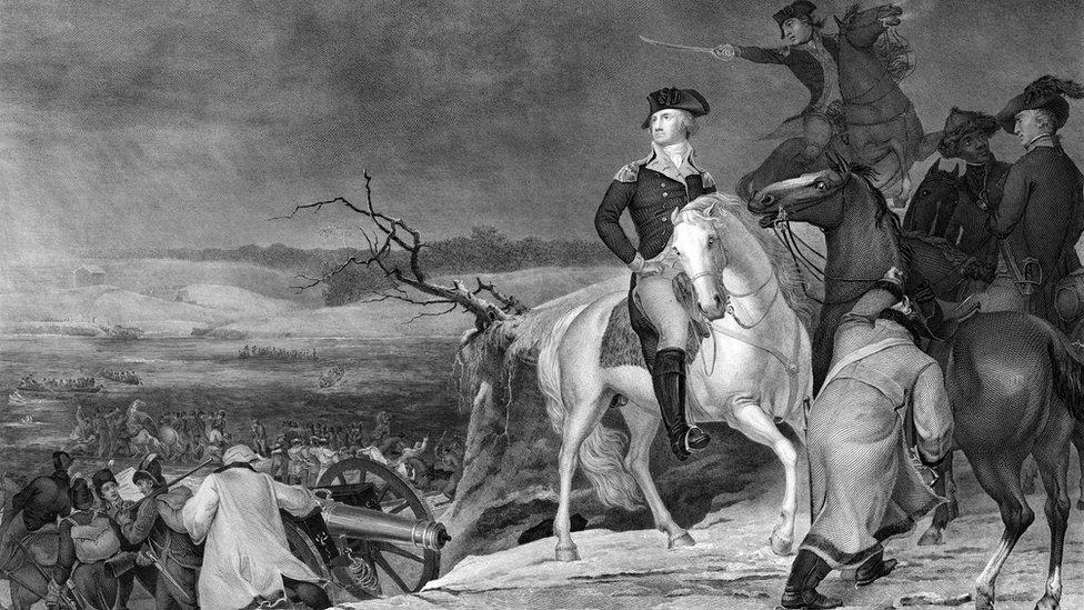 George Washington a caballo mirando hacia atrás a las tropas que cruzan el río Delaware la noche anterior a la Batalla de Trenton, el 25 de diciembre de 1776.