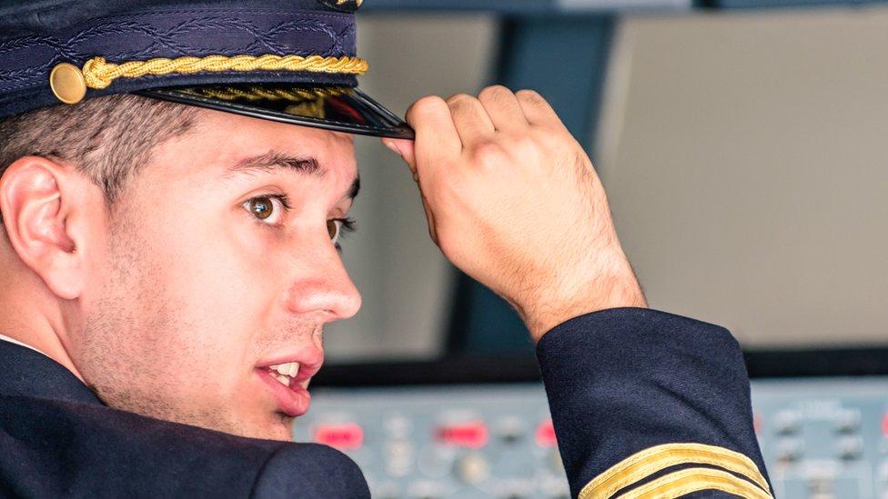 Fotografía de un comandante varón.