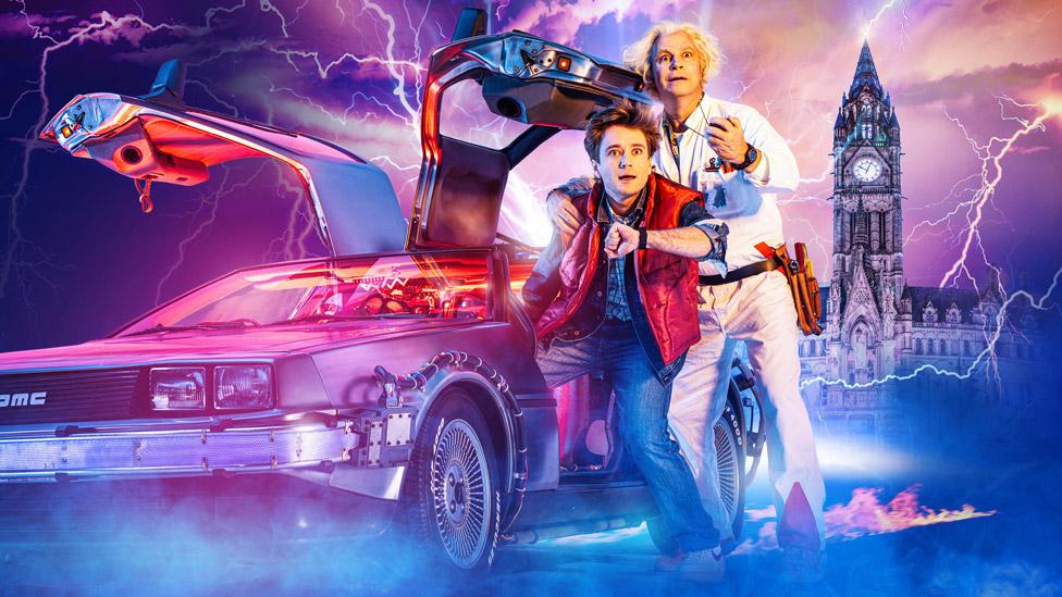 Oli Dobson igra Martija Mekflaja, a Rodžer Bart igra Doka u predstavi Povratak u budućnost: Mjuzikl