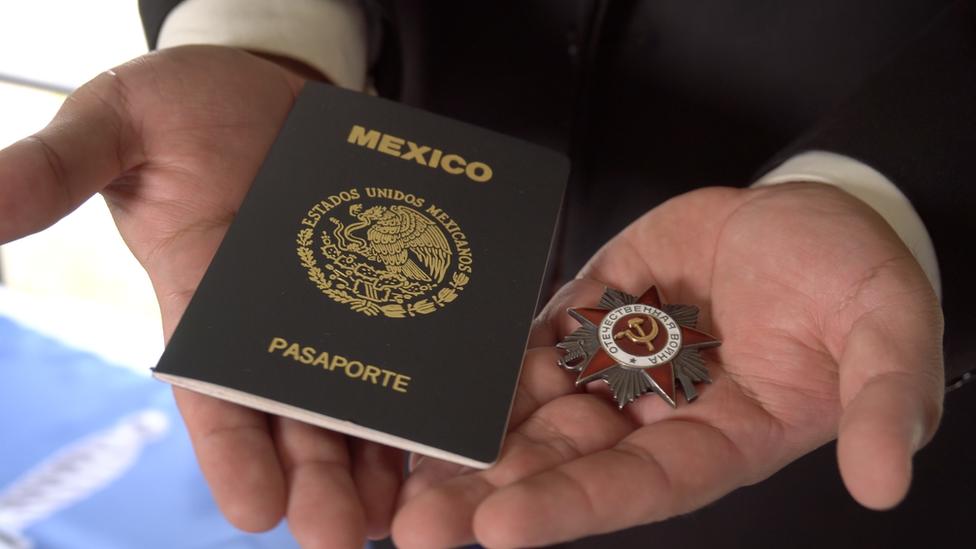 La medalla de guerra y el pasaporte de Cruz.