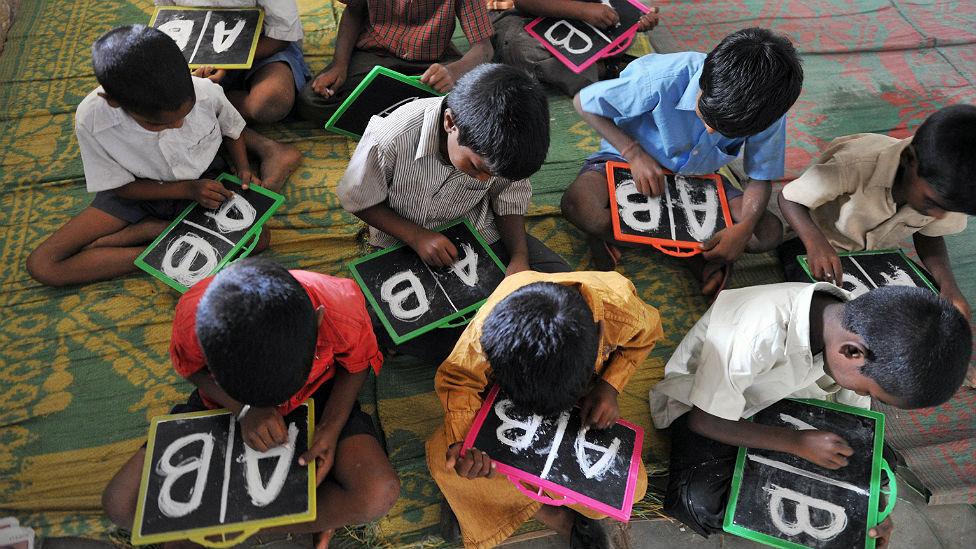 Niños aprendiendo inglés en India