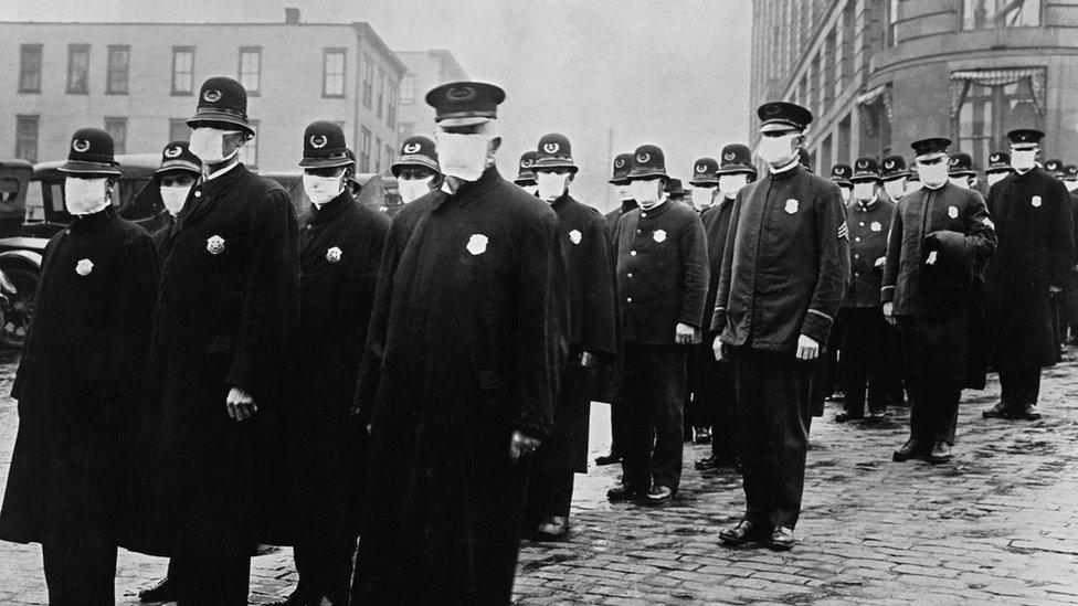 Policías con máscaras durante el brote de gripe española
