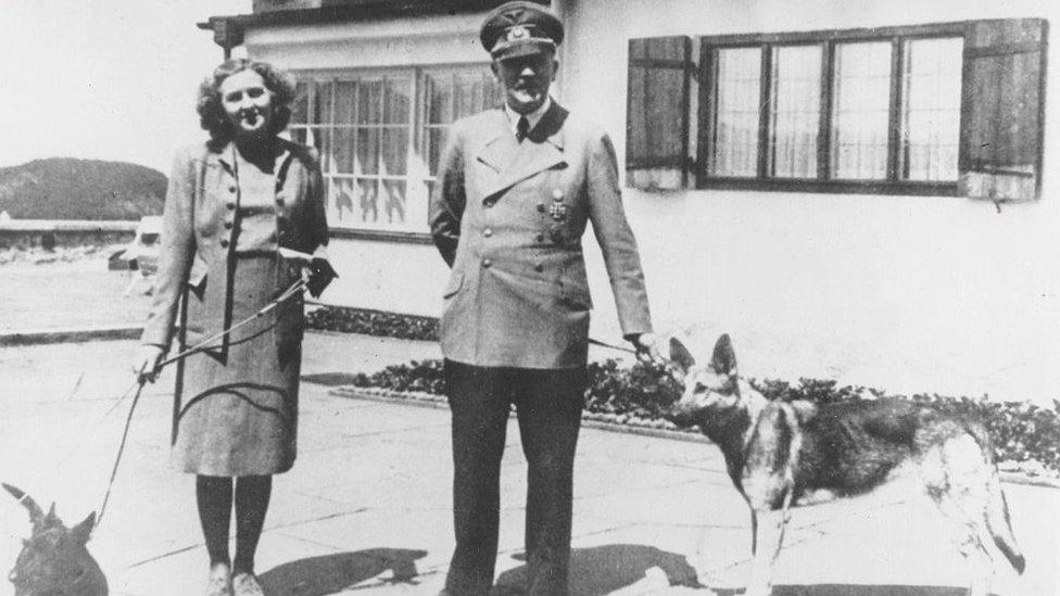 Eva Braun y Adolf Hitler junto a sus perros.